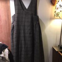 咖啡色格子背带裙