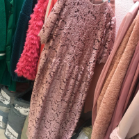 粉色凋空连衣裙