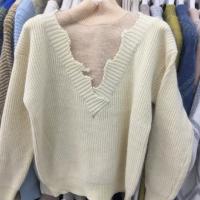V领缺口毛衣