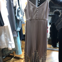 百褶吊带裙