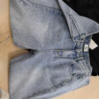 脚开叉牛仔裤