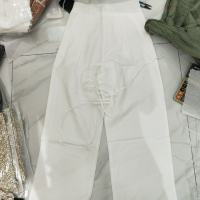 腰带白色裤子