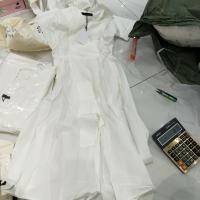 白色V领腰带连衣裙