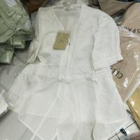 白色V领系带上衣