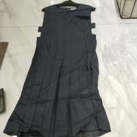灰色无袖连衣裙