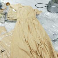 黄色V领连衣裙