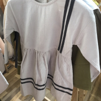 米色织带连衣裙